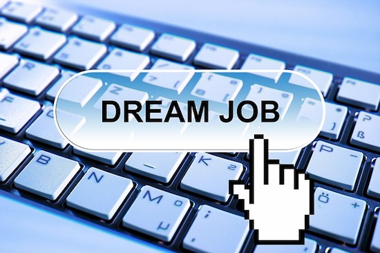 Getting a dream job and making a full time income online is certainly possible.
